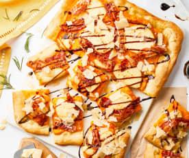 Pizza con crema di zucca, scamorza affumicata e pancetta