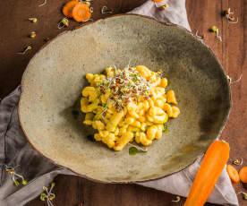 Karottenspätzle mit Petersilienöl und Radieschensprossen