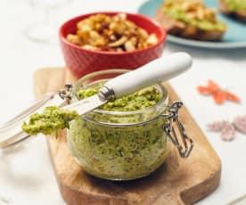 Brokkoli-Kräuter-Aufstrich mit Eiweißgeröstel