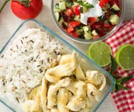 Pollo con arroz salvaje y ensalada de pepino y tomate