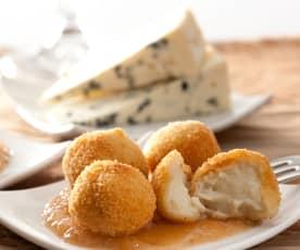 Croquetas de queso cabrales con salsa de membrillo