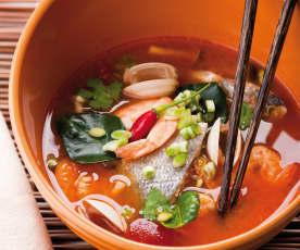 Ostra zupa z owocami morza (Tom Yum)