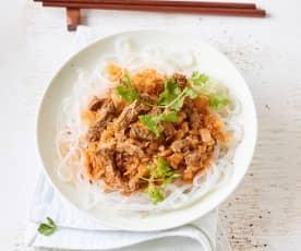 Makaron ryżowy z kapustą i wołowiną