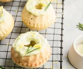 Mini bundt cake de limón con glaseado al romero