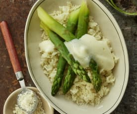 Espárragos, arroz al parmesano y sabayón de limón