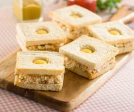 Tostadas con cangrejo y huevos de codorniz