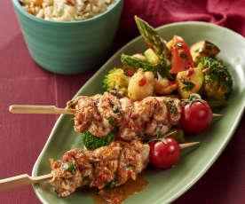 Brochetas de pollo con arroz al comino y ensalada templada de verduras
