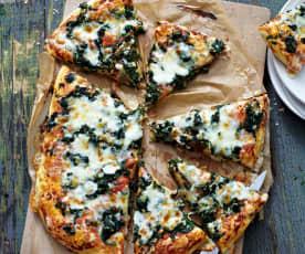 Pizza mit Spinat und Schafskäse