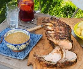 Carré de cerdo a la parrilla con cebolla caramelizada y manzanas