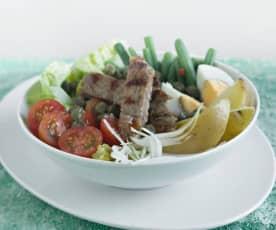 Bol de ensalada niçoise con entrecot