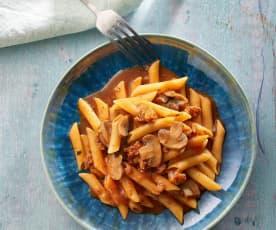 Nudeln in Tomatensauce mit Schinken und Chorizo