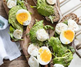 Tartines à l'avocat, œuf mollet et mozarella