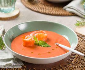 Sopa fría de tomate y albahaca con rollitos de salmón