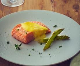 Filetti di salmone, asparagi e salsa olandese