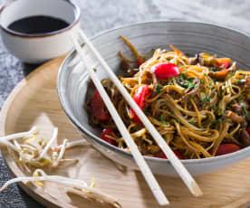 Noodles con setas, brotes de soja y tomates cherry