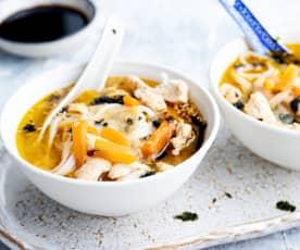 Sopa de pollo asiática