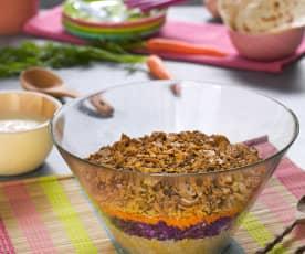 Ensalada de lombarda, quinoa y salchichas vegetarianas