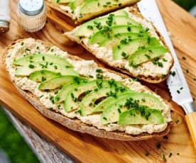 Thunfisch-Ei-Creme mit Avocado auf Baguette