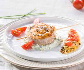 Salmón a la plancha con crema de queso a las hierbas y ensalada tabulé