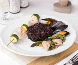 Riso venere asparagi e frutti di mare con spiedini di merluzzo e zucchine
