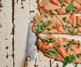 Piza de salmão com alcaparras e manjericão