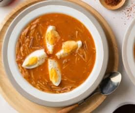 Sopa de tomate con fideos y huevo cocido