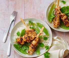 Brochettes de dinde yakitori, pois gourmands et riz