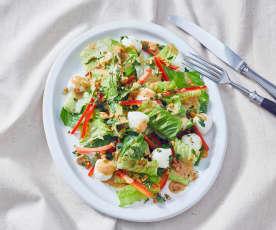 Römersalat mit Erdnuss-Sambal-Dressing und Mozzarellabällchen