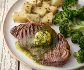 Entrecots con mantequilla de hierbas frescas con patatas al romero y brócoli (MEATER)