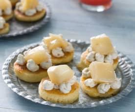 Mini tortitas de queso azul y nueces con pera caramelizada