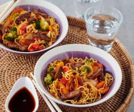 Asia-Nudeln mit Rindfleisch und Brokkoli