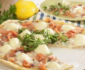 Pizza de trucha ahumada, alcaparras y mascarpone