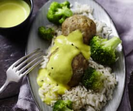 Hackbällchen mit Brokkoli und Currysauce