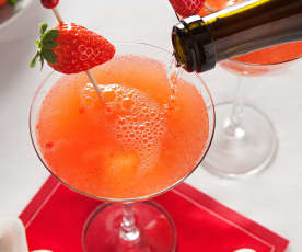 Cóctel de naranja, fresa y aroma de rosa