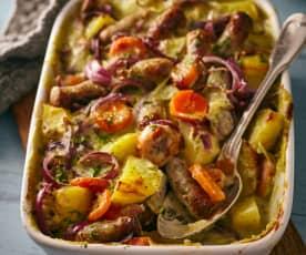 Kartoffel-Möhren-Auflauf mit Würstchen und Kräuter-Käse-Sauce
