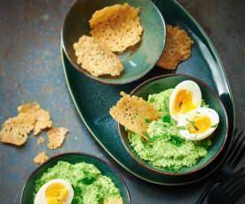 Purée de brocoli, œufs mollets et tuiles de parmesan