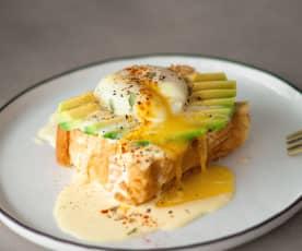 Huevos benedict con aguacate y holandesa de azafrán