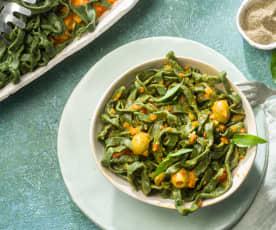 Tallarines de espirulina con salsa de verduras de verano
