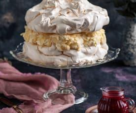 Tort bezowy z kremem budyniowym i sosem malinowym