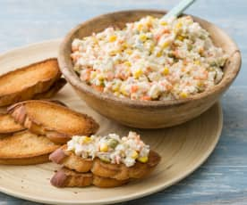 Tostas de ensaladilla con maíz