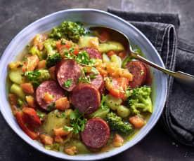 Gemüseeintopf mit Kartoffeln und Würstchen