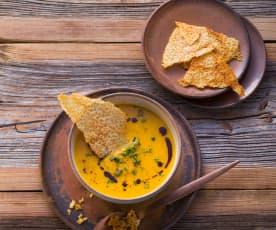 Möhren-Kürbissuppe mit Parmesanchips