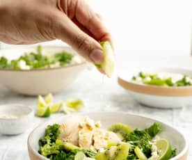 Pollo al vapor, kiwi, queso feta y kale en ensalada