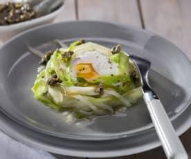 Cintas de espárragos blancos y verdes con huevos y tapenade