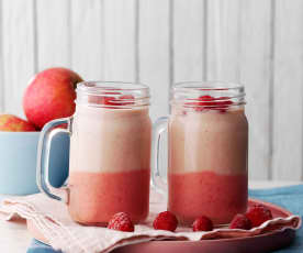 Smoothie bicolor de frutos rojos y manzana