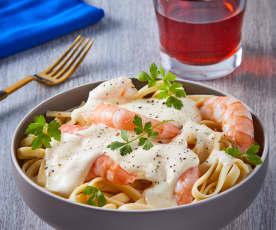 Fetuccini con salsa Alfredo y camarones