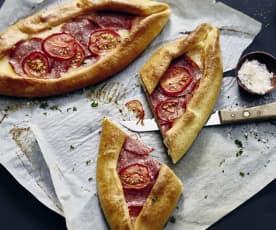 Pide mit Tomaten, Bergkäse und Mozzarella
