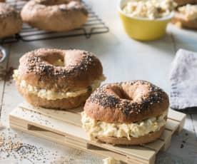 Roscas de espelta y miel con relleno de huevo duro y pepinillos