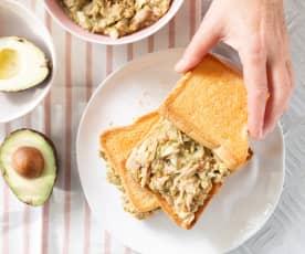 Sándwich de guacamole con atún y huevo duro