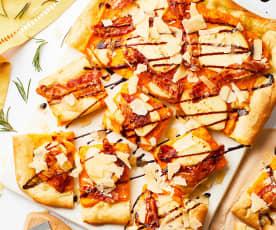 Piza com creme de abóbora, queijo fumado e bacon